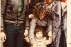 Con tres años, entre mi madre, Joan Manuel Serrat y Guillermina Motta. Barcelona, noviembre, 1972