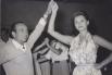 Foto antigua de familia. Mi nonno napolitano, Giovanni Imparato, bailando con la mítica actriz SOFIA LOREN, en una fiesta en los años '50.